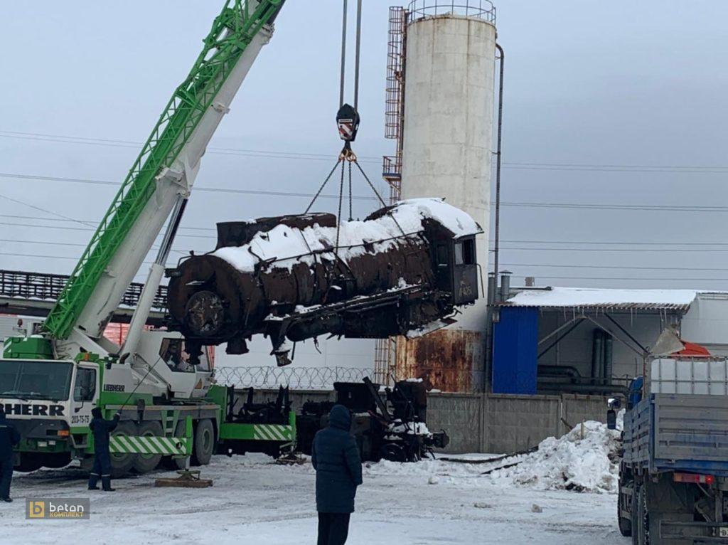 Кран поднимает вагон